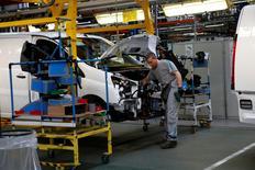 Répétition titre.  Usine PSA Peugeot Citroen de Sevelnord. Le groupe automobile devrait annoncer la semaine prochaine son retour sur le marché du pick-up, selon la Revue automobile, afin de répondre à la forte demande pour ce type de véhicule sur plusieurs marchés émergents. /Photo prise le 30 mars 2016/REUTERS/Pascal Rossignol