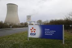 EDF dit espérer mettre en service de nouveaux réacteurs nucléaires en France à l'horizon 2028-2030. Le groupe envisage aussi de construire à l'étranger d'autres réacteurs EPR que ceux prévus en Grande-Bretagne. /Photo prise le 17 mars 2016/  REUTERS/Stéphane Mahé