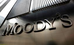"""El logo de Moody's en su sede en Nueva York. 6 de febrero de 2013. Un débil desempeño económico de México, un entorno externo difícil y la posibilidad de nuevas obligaciones en el caso de que decida apoyar a la atribulada petrolera estatal Pemex llevaron a la calificadora crediticia Moody's a bajar a """"negativo"""" desde """"estable"""" el panorama crediticio del país. REUTERS/Brendan McDermid"""