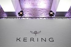 Kering à suivre vendredi à la Bourse de Paris. La maison Yves Saint Laurent, marque du groupe de luxe, annonce le départ d'Hedi Slimane de ses fonctions de directeur de la création et de l'image après quatre ans à ce poste. /Photo prise le 19 février 2016/REUTERS/Charles Platiau