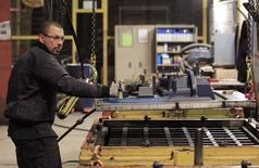 Las fábricas de la zona euro cerraron el primer trimestre en un estado de forma algo mejor de lo estimado inicialmente, aunque el crecimiento de la actividad siguió siendo débil pese al mayor recorte de precios desde finales de 2009, mostró el viernes un sondeo. En la imagen, Anthony Lenoble, francés de 33 años, empleado de la compañía belga Picanol, trabaja en la planta de Ypres, el 18 de enero de 2013. REUTERS/Yves Herman