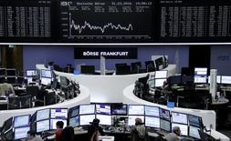 Фондовая биржа во Франкфурте-на-Майне. Европейские фондовые индексы достигли в пятницу месячного минимума в первый день торгов второго квартала, так как энергетические акции копировали динамику снижающихся цен на нефть, а сектор товаров для личного потребления снизился из-за исключения Osram из списка ведущих поставщиков Apple.REUTERS/Staff/Remote