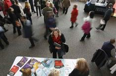 Mulher olhando panfletos de ofertas de emprego em Denver.    09/04/2013     REUTERS/Rick Wilking/Files