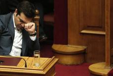 Grecia pidió el sábado una explicación al Fondo Monetario Internacional (FMI), después de que una filtración de una transcripción sugiriese que el FMI puede amenazar con salirse del rescate al país como una táctica para forzar a los acreedores europeos de Grecia a ofrecer más alivio de su deuda.   En la imagen, el primer ministro griego, Alexis Tsipras, en una sesión parlamentaria en Atenas, Grecia, el 16 de julio de 2015. REUTERS/Alkis Konstantinidis