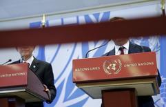 """Красная лента на фоне лиц генсека ООН Пан Ги Муна (слева) и верховного комиссара по делам беженцев Филипо Гранди на пресс-конференции в Женеве 30 марта 2016. Организация Объединенных Наций столкнулась с крупнейшим кризисом со времен скандала, связанного с программой """"Нефть в обмен на продовольствие"""", потрясшего международную организацию во главе с Кофи Аннаном, предшественником Пан Ги Муна. REUTERS/Denis Balibouse"""