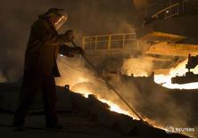 Рабочий на заводе НЛМК в Липецке 3 августа 2015 года. Спрос на сталь в России может упасть на 10 процентов в этом году, прогнозирует гендиректор группы ММК Павел Шиляев. REUTERS/Maxim Shemetov