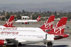 Самолеты авиакомпании Virgin America в аэропорту Лос-Анджелеса. 2 ноября 2013 года. Alaska Air Group Inc договорилась о покупке Virgin America Inc за $2,6 миллиарда для расширения географии своих полётов на западном побережье США. REUTERS/David McNew