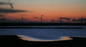Francia planea lanzar una licitación para construir turbinas para el tercer parque eólico marino del país, dijo la ministra de Energía, Segolene Royal, en un comunicado el lunes. Imagen de aerogeneradores en Port Saint Louis du Rhone, cerca de Marsella, en esta imagen tomada el 7 de mayo de 2014. REUTERS/Jean-Paul Pelissier