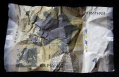 Банкнота достоинством в один азербайджанский манат. Фотоиллюстрация сделана в Тбилиси 15 января 2016 года. Азербайджанский манат показал крупнейший спад с декабря, когда страна отказалась от привязки валюты к доллару США, в понедельник на фоне непрекращающихся боев с силами поддерживаемой Арменией самопровозглашенной республики Нагорный Карабах. REUTERS/David Mdzinarishvili