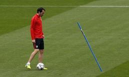 Zagueiro do Atlético de Madri Godín treina no Camp Nou.  4/4/16.  REUTERS/Albert Gea