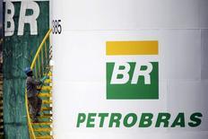 Trabalhador pinta tanque da Petrobras em Brasília. 30 de setembro de 2015. REUTERS/Ueslei Marcelino/Files