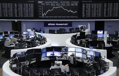 Las bolsas europeas caían el martes, lastradas por las acciones alemanas después de que los pedidos industriales bajaran inesperadamente en la mayor economía de Europa, lo que sugiere que una desaceleración de la economía internacional está dejando huella. En la imagen, operadores en la bolsa de Fráncfort, el 4 de abril de 2016. REUTERS/Staff