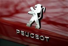 Логотип Peugeot на автомобиле.  Французский автопроизводитель PSA Peugeot Citroen объявил о намерении вернуться к устойчивому росту продаж в процессе выхода из состояния, близкого к банкротству, и перехода к нормальной прибыли. REUTERS/Charles Platiau