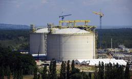 Строящийся СПГ-завод в балтийском порту в городе Свиноуйсьце в Польше. 23 июля 2014 года. Крупнейшая в Польше газовая компания PGNiG намерена начать продажу голубого топлива на зарубежные рынки, а также пересмотреть долгосрочные контракты поставок для сокращения стоимости импорта. REUTERS/Filip Klimaszewski