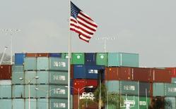 Contenedores importados desde China tras su llegada a un puerto en Los Ángeles, Estados Unidos. 7 de octubre de 2010. El déficit comercial de Estados Unidos aumentó más de lo previsto en febrero porque un repunte en las exportaciones fue contrarrestado por un alza de las importaciones, en la más reciente señal de que el crecimiento económico se habría debilitado más en el primer trimestre. REUTERS/Lucy Nicholson