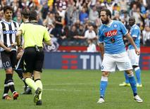 Higuaín reage contra o árbitro. 3/4/16.  REUTERS/Stefano Rellandini