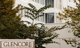 Glencore a annoncé mercredi la cession d'une participation de 40% dans Glencore Agri, sa filiale agricole, au fonds de pension canadien CPPIB pour 2,5 milliards de dollars (2,2 milliards d'euros). Le groupe minier et de négoce de matières premières compte affecter le produit de la vente à la réduction d'une dette qui figure parmi les plus élevées de son secteur d'activité. /Photo d'archives/REUTERS/Arnd Wiegmann