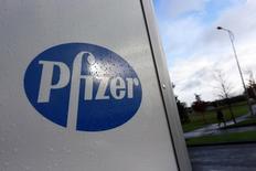 El fabricante de medicamentos estadounidense Pfizer Inc <PFE.N> acordó el martes poner fin a su acuerdo de 160.000 millones de dólares para adquirir el fabricante de Botox de Allergan Plc <AGN.N>, en una importante victoria para el presidente de EEUU, Barack Obama, en su lucha por detener las fusiones de empresas para pagar menos impuestos.  En la imagen de archivo, el logo de la companía se ve en una oficina de Pfizer en Dublín, Irlanda, el 24 de noviembre de 2015. REUTERS/Cathal McNaughton/Files