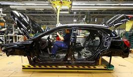 La producción industrial alemana cayó menos que lo esperado en febrero después de saltar en enero, mostraron datos el miércoles, en una señal de que el sector probablemente ofrecerá un impulso moderado a la mayor economía de Europa en el primer trimestre de 2016. En la imagen de archivo, un empleado del fabricante alemán de coches Mercedes Benz trabaja en una cadena de montaje del grupo en Rastatt, el 22 de enero de 2016. REUTERS/Kai Pfaffenbach