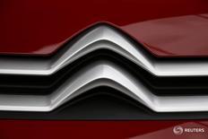 Логотип Citroen на автомобиле компании на заводе в Ордэне 30 марта 2016 года. Росстандарт сообщил в среду об отзыве 367 автомобилей Peugeot и Citroen, произведенных концерном PSA Peugeot Citroen. REUTERS/Pascal Rossignol