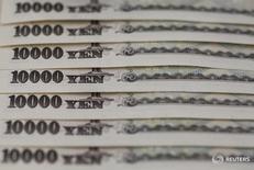 Купюры японской валюты иена в Токио 28 февраля 2013 года. Доллар в среду продолжает удерживаться около значения, близкого к минимуму 17 месяцев по отношению к иене после неожиданных комментариев японского премьер-министра, который сказал, что власти страны должны проявлять осторожность в вопросе укрепления иены. REUTERS/Shohei Miyano