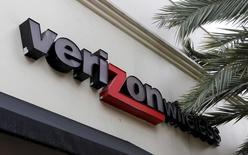 L'opérateur télécoms américain Verizon Communications a pris une participation de 24,5% dans AwesomenessTV, dont les chaînes sur YouTube figurent parmi les vidéos les plus regardées, pour un montant d'environ 160 millions de dollars (141 millions d'euros).  /Photo d'archives/REUTERS/Joe Skipper