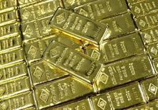 """Lingotes de oro en la planta Oegussa en Viena, mar 18, 2016. El oro cayó un 1 por ciento el miércoles, debido a que un alza de las acciones provocó una toma de ganancias tras la remontada del martes, mientras que las minutas de la última reunión de la Reserva Federal de Estados Unidos mostraron preocupación por los """"riesgos considerables a la baja"""" en la economía global.    REUTERS/Leonhard Foeger"""