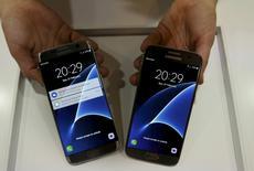 Le Galaxy S7 (à droite) et le S7 Edge. Le sud-coréen Samsung Electronics a annoncé jeudi que son bénéfice d'exploitation au premier trimestre devrait avoir augmenté de 10,4% sur un an, une progression supérieure aux attentes, grâce notamment au succès de son nouveau smartphone Galaxy S7. /Photo prise le 21 février 2016/REUTERS/Albert Gea