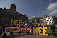 Демонстрация противников соглашения об ассоциации ЕС с Украиной в Амстердаме. 3 апреля 2016 года. Правительство Нидерландов заявило в среду, что не может игнорировать итоги референдума, предварительные итоги которого показывают, что большинство проголосовавших выступают против соглашения об ассоциации ЕС и Украины. REUTERS/Cris Toala Olivares