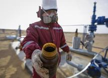 Рабочий показывает образец нефти с месторождения в Кызылординской области Казахстана. 21 января 2016 года. Казахстан получил приглашение на встречу нефтепроизводителей в Дохе 17 апреля, в ходе которой предполагается обсудить мировой уровень добычи сырья, сообщила пресс-служба министерства энергетики страны. REUTERS/Shamil Zhumatov
