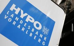 """Логотип Hypo Landesbank Vorarlberg у отделения банка в Вене. 4 апреля 2016 года. Глава Hypo Landesbank Vorarlberg, одного из двух австрийских кредитных институтов, упомянутых в """"Панамских бумагах"""", уведомил банк о своей отставке, сообщил кредитный институт в заявлении в четверг, назвав это решение неожиданным. REUTERS/Leonhard Foeger"""