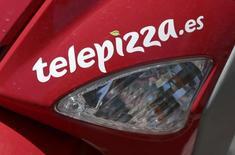 La cadena de pizza a domicilio Telepizza anunció el jueves la remodelación de su cúpula con el nombramiento de Pablo Juantegui como nuevo presidente ejecutivo en sustitución de Pedro Ballvé, mientras ultima sus planes para volver a cotizar en bolsa. En la imagen, un logo de Telepizza en una moto de reparto en Madrid,  el 5 de abril de 2016. REUTERS/Andrea Comas