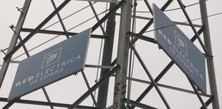 Red Eléctrica dijo el jueves que captó 300 millones de euros colocando bonos a 10 años con el tipo de interés más bajo para este tipo de emisiones en España.   En la imagen, el logotipo de la empresa sobre una torre de alta tensión en la localidad madrileña de Alcobendas, en Madrid el 9 de marzo de 2016. REUTERS/Sergio Perez