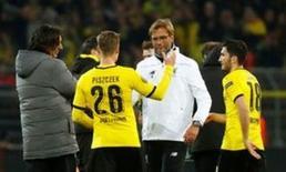 Klopp cumprimenta jogadores do Borussia Dortmund.  7/4/16. Reuters/Kai Pfaffenbach
