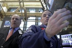 Трейдеры на торгах Нью-Йоркской фондовой биржи 5 апреля 2016 года. Фондовые рынки США закрыли сессию четверга падением на фоне снижения цен на нефть и возобновившихся беспокойств о мировой экономике, ослабивших доллар к иене и вынудивших инвесторов избегать рисковых активов. REUTERS/Brendan McDermid
