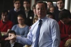 """Дэвид Кэмерон выступает перед студентами в Эксетерском университете. Премьер-министр Великобритании Дэвид Кэмерон признался в телевизионном интервью в четверг, что имел долю в отцовском офшорном инвестиционном фонде, о котором стало известно после публикации """"Панамских бумаг"""". REUTERS/Dan Kitwood/Pool"""