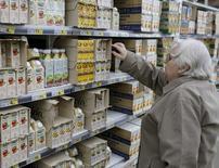 Покупательница выбирает сок в супермаркете в Киеве. Украина прожила первый квартал в зоне свободной торговли с Европейским союзом, и аграрный бизнес жалуется, что квоты рушат надежды на восстановление экспорта за счет ассоциации с ЕС, добытой ценой революции и конфликта с Россией. REUTERS/Gleb Garanich