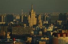 Вид на здания в районе Кудринской площади в Москве 5 апреля 2016 года. Выходные в Москве будет теплыми, но обещают небольшие дожди, свидетельствует усреднённый прогноз, составленный на основании данных Гидрометцентра России, сайтов intellicast.com и gismeteo.ru. REUTERS/Maxim Shemetov