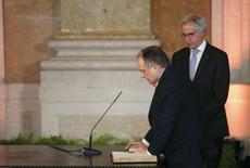 Ministro da Cultura de Portugal, João Soares (esquerda), durante cerimônia em Lisboa.   26/11/2015       REUTERS/Rafael Marchante