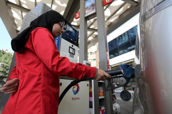 A female employee fills the tank of a car at a petrol station in Cairo, Egypt, February 24, 2016. REUTERS/Mohamed Abd El Ghany