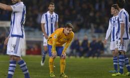 لاعب برشلونة ليونيل ميسي (بالقميص الأصفر) خلال مباراة فريقه أما ريال سوسيداد في دوري الدرجة الأولى الاسباني لكرة القدم يوم السبت. تصوير: فينسنت وست - رويترز