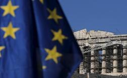 Grecia y sus acreedores internacionales se están acercando a un compromiso de acuerdo sobre una revisión de las reformas del rescate internacional que podría desatascar más ayuda para el país, dijeron el lunes fuentes gubernamentales, tras maratonianas negociaciones con los prestamistas. En la imagen, una bandera de la UE ondea cerca del Partenón, el 4 de julio de 2015. REUTERS/Christian Hartmann