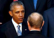 Президент США Барак Обама пожимает руку президенту России Владимиру Путину на саммите в турецкой Анталье 15 ноября 2015 года.  Президент России, которая бойкотировала американский саммит по глобальной ядерной безопасности, в понедельник упрекнул США в нежелании ратифицировать договор о запрете ядерных испытаний. REUTERS/Jonathan Ernst