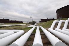 Трубы нефтехранилища в Кушинге, штат Оклахома. Цены на нефть снизились во вторник, но держатся выше $40 за баррель накануне встречи крупнейших производителей, которые должны обсудить заморозку добычи на нынешних уровнях, чтобы справиться с избытком предложения.  REUTERS/Nick Oxford