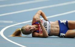 Elena Mirela Lavric of Romania lies on the track after injuring herself in her women's 800 metres heat during the IAAF World Athletics Championships at the Luzhniki stadium in Moscow August 15, 2013. REUTERS/Phil Noble