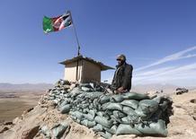 """Солдат афганской армии на блок-посту в провинции Логар 16 февраля 2016 года. Исламистское движение """"Талибан"""" объявило во вторник о начале весеннего наступления в Афганистане, обещая широкомасштабные операции против правительственных сил с использованием смертников и боевиков с целью свергнуть поддерживаемый Западом режим. REUTERS/Omar Sobhani"""