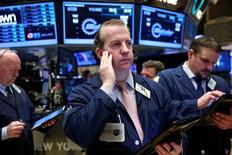 Operadores en la bolsa de Wall Street en Nueva York, abr 12, 2016. Las acciones avanzaban el martes en Wall Street, impulsadas por un alza en los precios del petróleo, a pesar de que los débiles resultados de Alcoa marcaron un flojo comienzo de la temporada de resultados de las corporaciones estadounidense.  REUTERS/Lucas Jackson