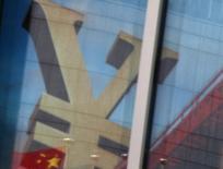 Una bandera nacional de China se refleja en la publicidad de un banco comercial que muestra el signo del Yuan, en un distrito financiero en Pekín, China, 21 de enero de 2016. Economistas creen que China habría crecido en el primer trimestre a su menor tasa desde la crisis financiera, lo que refleja la continua debilidad de la segunda potencia productiva del mundo, pese a señales esporádicas de estabilización de la actividad. REUTERS/Kim Kyung-Hoon