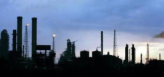 Vista al amanecer de la refinería de Amuay en Punto Fijo en Venezuela. 18 de mayo de 2006. El craqueador catalítico de Amuay se encuentra detenido desde el fin de semana por reparaciones, dijeron a Reuters el martes un trabajador de la unidad y un líder sindical.