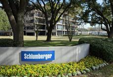 La compañía de servicios petroleros Schlumberger informó el martes que reducirá sus operaciones en Venezuela como resultado de pagos insuficientes recibidos en los últimos trimestres y la falta de avances en la creación de nuevos mecanismos para abordar las cuentas por cobrar. En la imagen de archivo, la sede de la empresa Schlumberger, situada en West Houston, el 16 de enero de 2015. REUTERS/Richard Carson